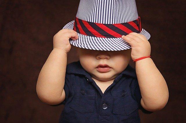 帽子を深くかぶる赤ちゃん
