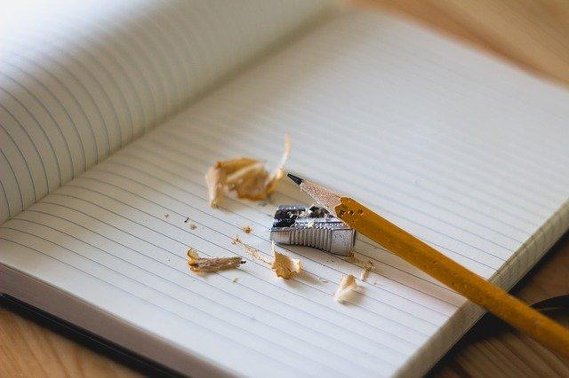 鉛筆と鉛筆削りとノート
