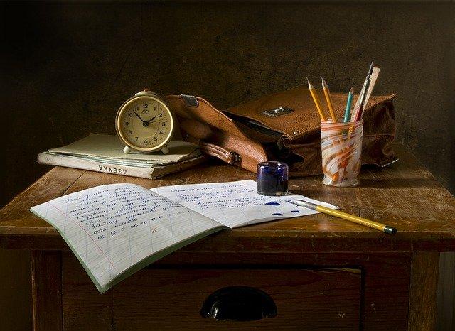 ノートや時計、鉛筆