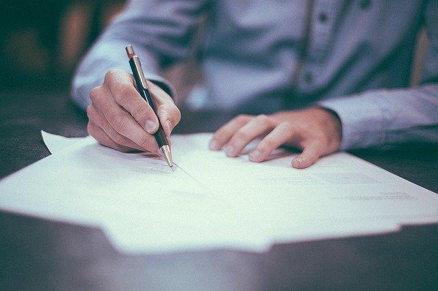 紙にボールペンで書く手